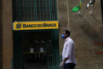 Bolsonaro se cala quando indagado por apoiador se demitirá presidente do BB