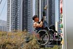 Em cadeira de rodas, paraplégico Lai Chi-wai escala arranha-céu em Hong Kong