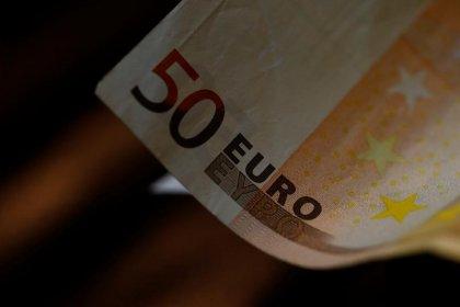 الدولار ينتعش بفعل تغطية مراكز مدينة واليورو يتراجع