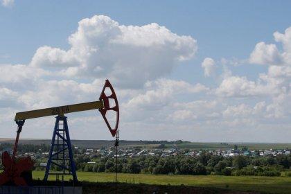 النفط يقفز أكثر من 2% مع صعود وول ستريت ونزول الدولار