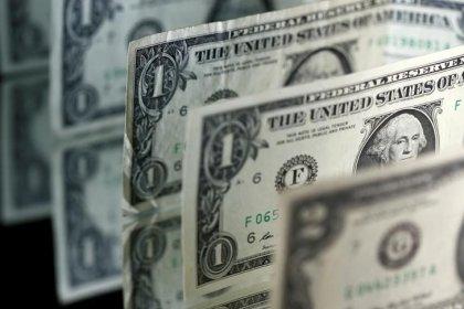 Доллар стабилизировался после падения из-за политической нестабильности в США