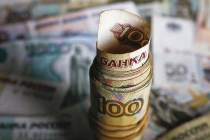 Рубль начал торги снижением к доллару, в фокусе налоги и нефть