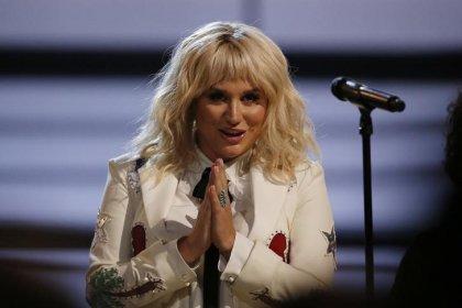 Kesha agradece fãs por colocarem novo disco 'Rainbow' no topo da Billboard