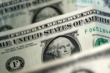 Dollaro vicino a minimo 2 anni e mezzo in attesa verdetto politica monetaria Fed