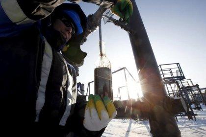 البنك المركزي: اتفاق خفض إنتاج النفط العالمي قد يضر باقتصاد روسيا في 2018