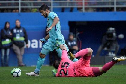 Barcelona derrota a un duro Éibar con goles de Suárez y Alba