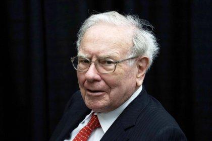With $116 billion cash, Buffett says Berkshire needs 'huge acquisitions'