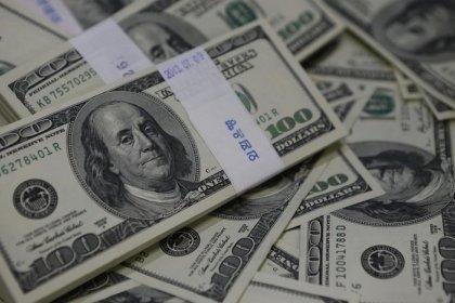 الدولار ينخفض متأثرا بتباطؤ نمو الأجور في أمريكا ومخاوف الرسوم الجمركية