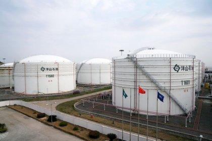 Цены на нефть малоподвижны, опасения о росте предложения давят на рынок