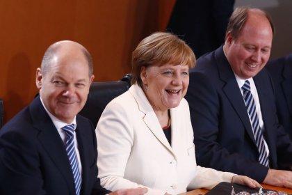 Politbarometer - Knappe Mehrheit begrüßt Merkels Wiederwahl