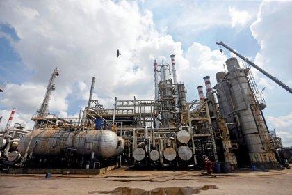 النفط يتراجع لكن انحسار التوتر التجاري بين أمريكا والصين يكبح الخسائر