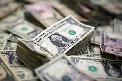 Dólar cai e vai abaixo de R$3,70 com maior intervenção do BC