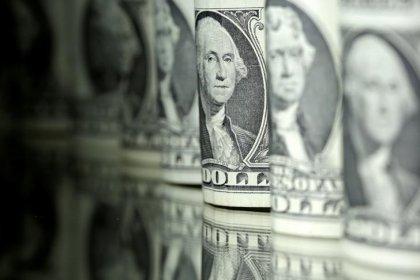 Доллар вырос в ожидании протокола заседания ФРС