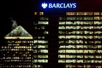 Barclays не планирует объединения с конкурентами -- источники