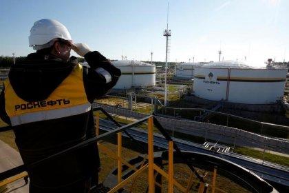 Роснефть ждет добычу нефти в 2018 году на уровне 224-225 миллиона тонн--топ-менеджер