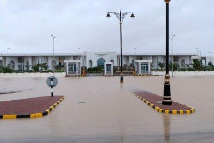 عمان تعلن عطلة مصرفية 3 أيام في منطقة ظفار إثر الإعصار