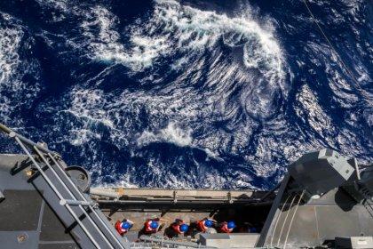 Buques de guerra estadounidenses navegan cerca de las islas del Mar del Sur de China que reclama Pekín