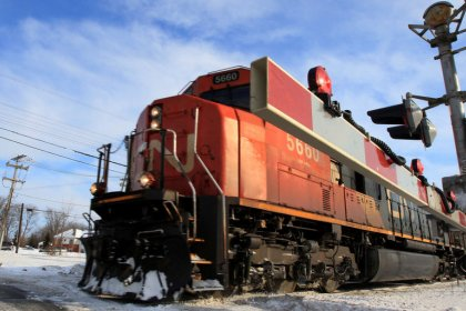 Canadian railways woo scarce workers with cold, hard loonies