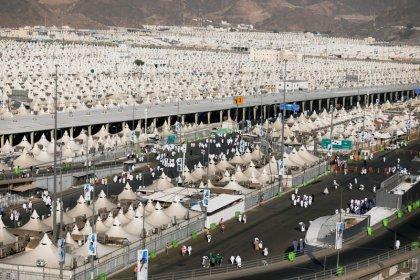 المسلمون يبدأون مناسك الحج وسط أمطار غزيرة