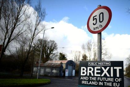 Londres amenaza con un Brexit desordenado si Bruselas no altera su posición sobre Irlanda