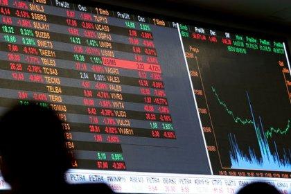 Ibovespa segue NY e sobe quase 3% puxado por bancos e Petrobras e de olho em eleição