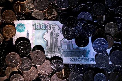 Рубль немного ускорил снижение из-за развернувшейся в минус нефти