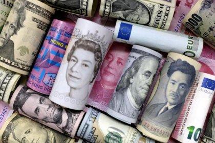 Euro weak as Italian budget raises EU political risks, yen weakens