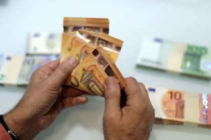 Euro rallies as Italian borrowing costs enjoy big drop
