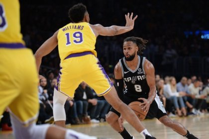 NBA roundup: Spurs' OT victory keeps Lakers winless