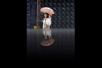 الأسهم اليابانية تغلق منخفضة بفعل النتائج ومخاوف عالمية