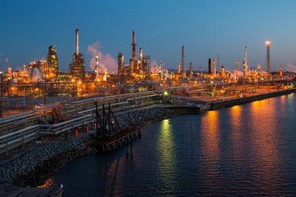 تراجع النفط مع طمأنة السعودية السوق بشأن المعروض