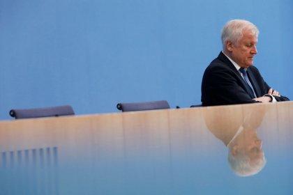 Seehofer verzichtet auf CSU-Vorsitz und bleibt Innenminister