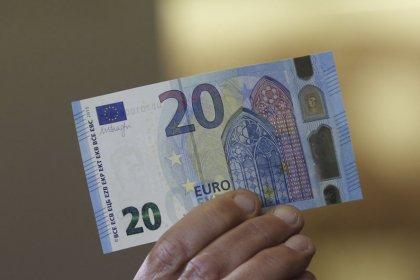 اليورو تحت ضغط جراء تمسك إيطاليا بهدف عجز الميزانية