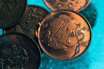 Рубль ушел в минус после попыток тестирования 2-недельного пика к доллару