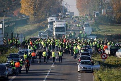 آلاف المحتجين الفرنسيين ينددون بزيادة الضرائب على الوقود