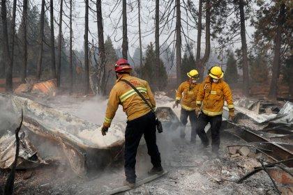 Buscan a 993 desaparecidos tras el incendio forestal más letal en California