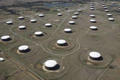 Нефть дешевеет, распродажа на рынках перевесила опасения о предложении