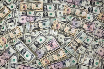РФ думает над альтернативами доллару при международных расчетах--Путин