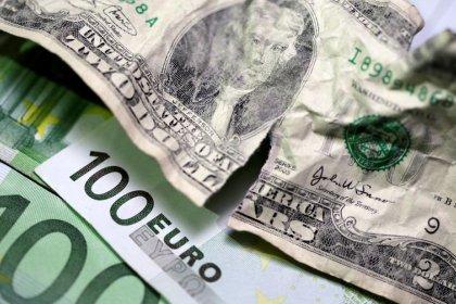 Euro forte su dollaro su stop aumento tassi Usa, sterlina giù