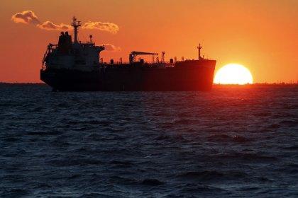 Нефть подешевела из-за опасений о росте экономики, перенасыщении рынка