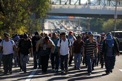Un grupo de migrantes sale de El Salvador al encuentro de la nueva caravana hacia EEUU