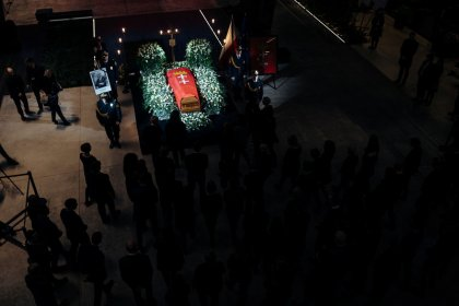 Hundreds gather in Polish city of Gdansk at murdered mayor's coffin