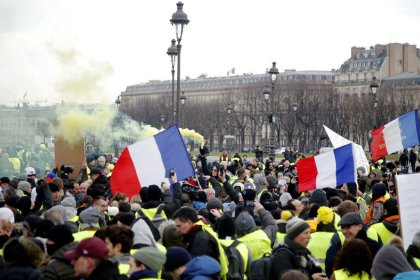 """Los """"chalecos amarillos"""" marchan en París en su décimo fin de semana de protestas"""