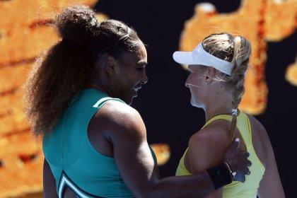 Serena consuela a su rival adolescente tras pasar a octavos en Australia