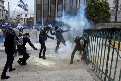 La policía griega lanza gas lacrimógeno en marcha contra acuerdo sobre el nombre de Macedonia