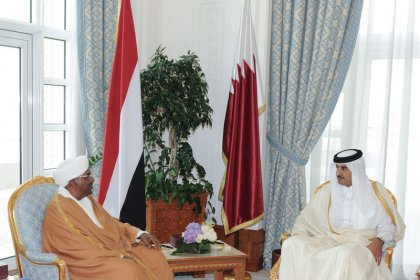 """أمير قطر يستضيف البشير ويدعم """"وحدة"""" السودان"""