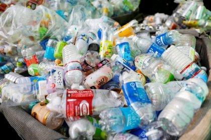 Grandes marcas resucitan fórmulas de reutilizar envases para frenar la polución plástica