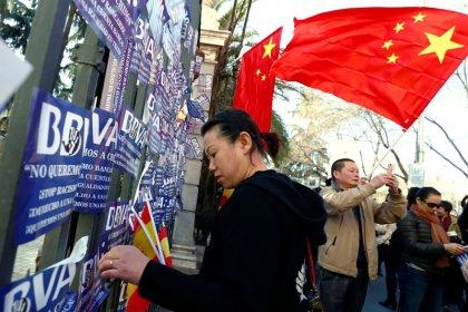 Cientos de ciudadanos chinos protestan contra BBVA en Madrid