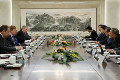 China insta a EEUU a respetar su derecho al desarrollo en medio de conversaciones comerciales