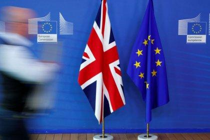Los ministros británicos debaten el acuerdo del Brexit mientras May se dirige a Bruselas